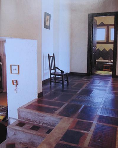 Baño Estilo Mexicano:El pasillo camino a las habitaciones y baños Un piso con toque