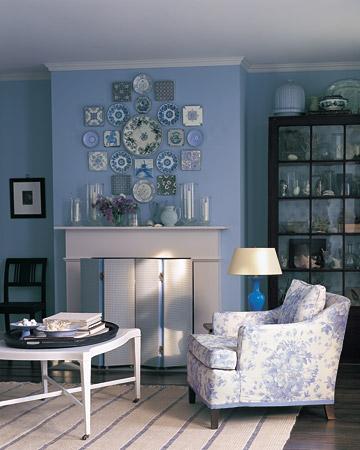 Un rincón azul decorado con platos y cerámicas 1