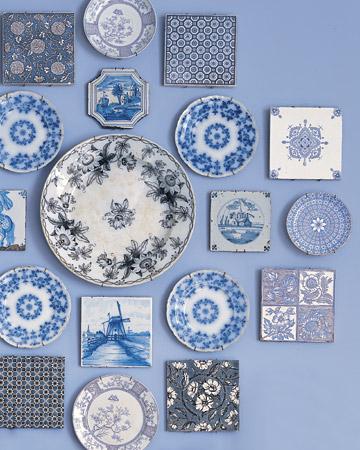 Un rincón azul decorado con platos y cerámicas 2