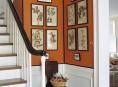 imagen Un rincón naranja junto a la escalera