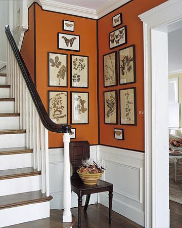 Un rincón naranja junto a la escalera