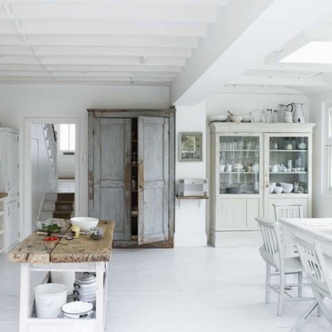 Una cocina blanca y rústica