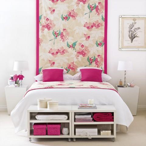 Una habitación rosa y blanca