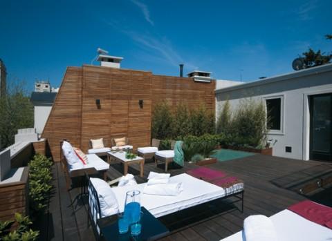 Una terraza con piscina para disfrutar for Terrazas en azoteas pequenas