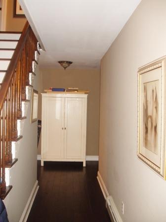 antes y despu s de un pasillo y escalera On de que color para un pasillo con escaleras