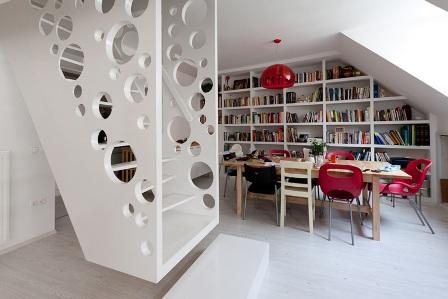 la escalera como centro de este apartamento