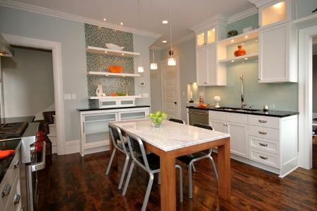 Una cocina morderna y c moda for Cocinas pequenas y comodas