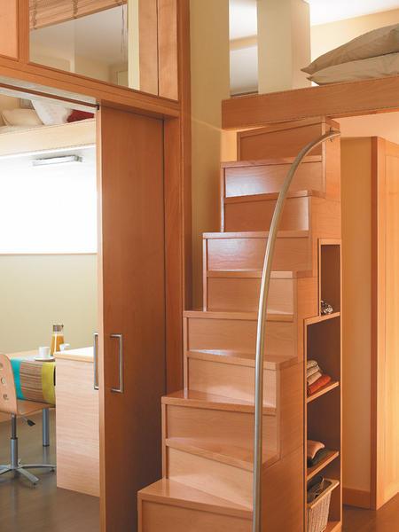 Un peque o piso de 40 m2 aprovechado for Escaleras en lugares pequenos