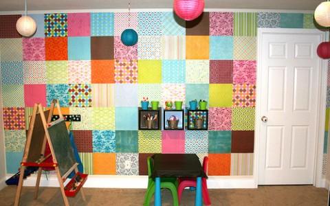 Habitación de niños con papel en las paredes