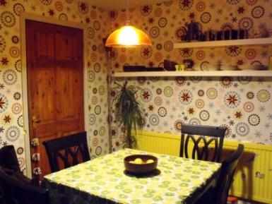 Cocina con papel en las paredes estilo kitsch