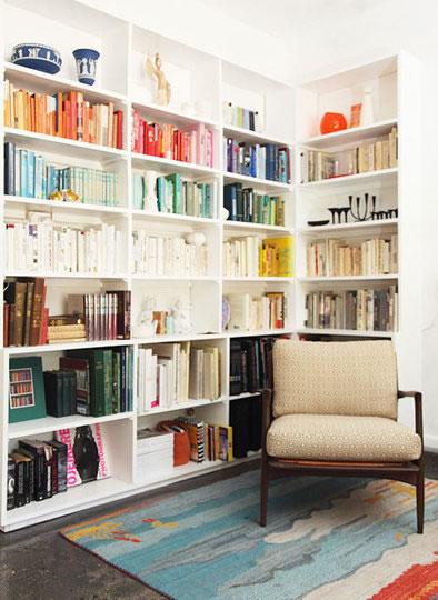 C mo organizar tus libros for Estanterias de mimbre