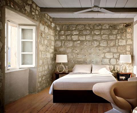 Ideas para decorar tu dormitorio con piedra for Dormitorio granate