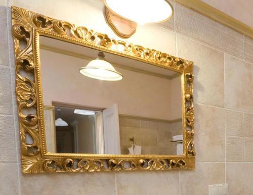 Cambiar el espejo del cuarto de ba o for Como hacer un espejo con marco de madera