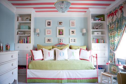 Habitaci n para ni as con cielorraso a rayas Decoracion de paredes con molduras