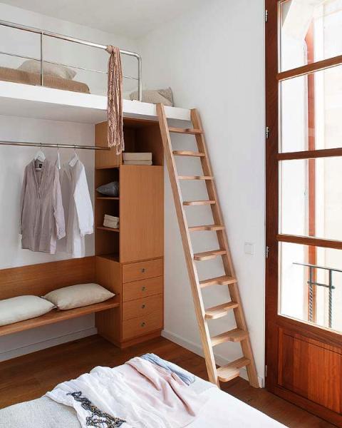 Un apartamento inundado de luz - Como hacer una escalera plegable para altillo ...