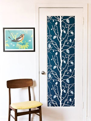 Decora las puertas con papel pintado for Papel pintado puertas