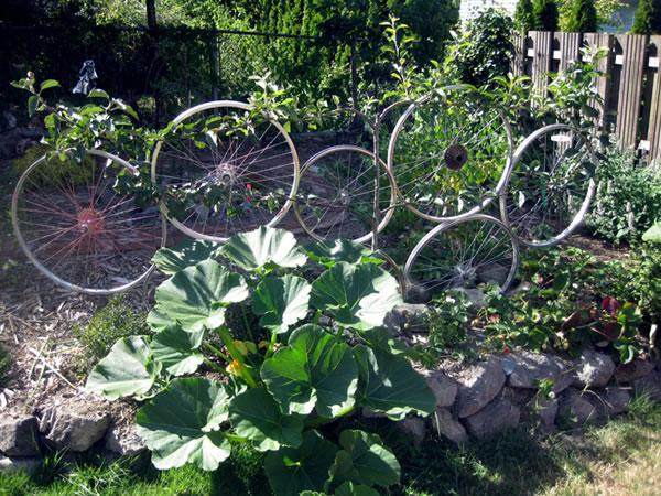 Decorar el jardin con ruedas de bicicletas 3