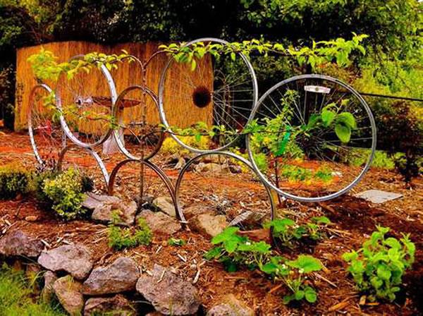 Decorar el jardin con ruedas de bicicletas 4