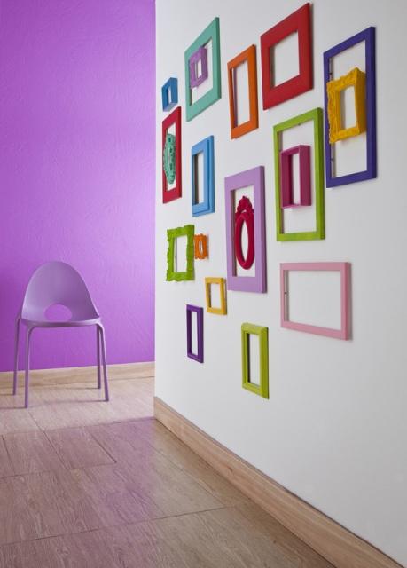 Una pared llena de marcos y sin ningún cuadro 1