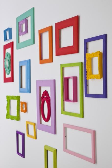 Una pared llena de marcos y sin ning n cuadro - Mezclar colores para pintar paredes ...