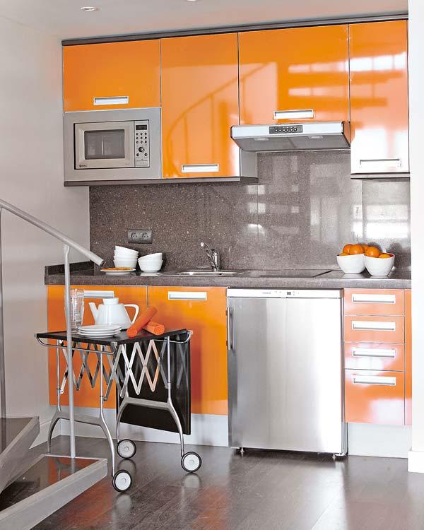 Un peque o loft anaranjado - Cocina blanca y naranja ...