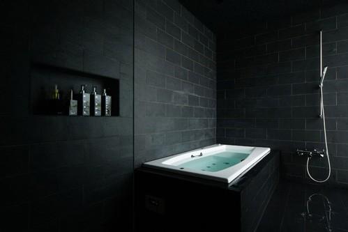 Cuarto de ba o en color negro - Banos de contraste ...