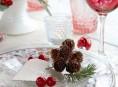 imagen Decoración con piñas en la mesa de Navidad