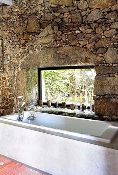 La combinación de paredes antiguas de piedra con el recubrimiento de