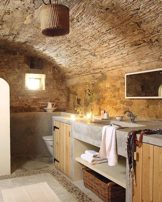 Baño Rustico Con Piedra:La combinación de paredes antiguas de piedra con el recubrimiento de
