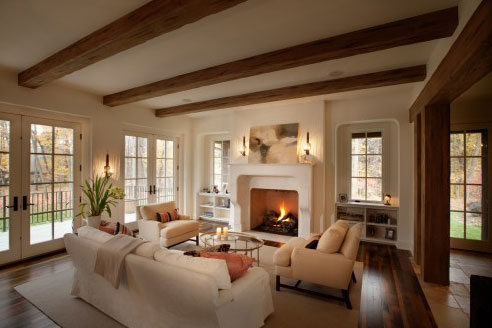 Una casa con vigas de madera for Adding wood beams to ceiling
