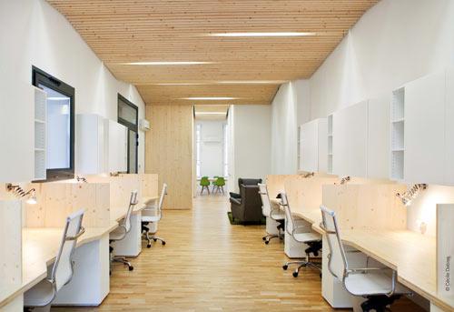 Una oficina moderna y luminosa for Colores para oficinas pequenas modernas