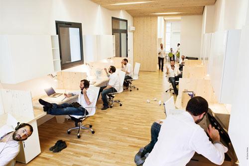 Una oficina moderna y luminosa for Oficina tradicional y moderna