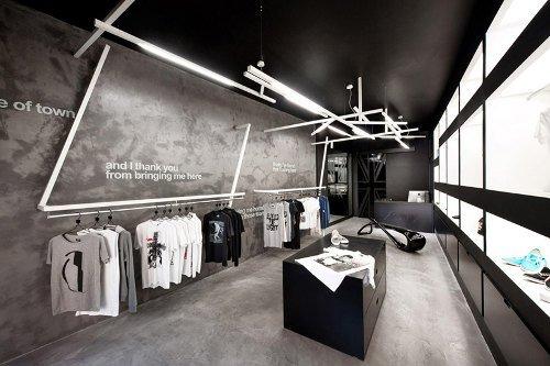Tienda de ropa con decoraci n gr fica for Tiendas muebles minimalistas