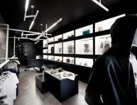 imagen Tienda de ropa con decoración gráfica