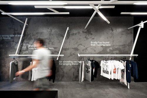 Tienda de ropa con diseño industrial 5
