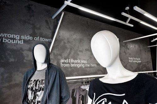 Tienda de ropa con diseño industrial 6