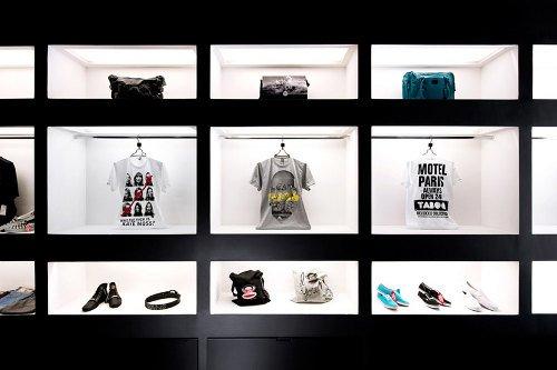 Tienda de ropa con diseño industrial 7