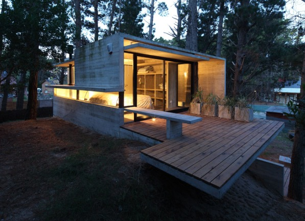 Una casa en el bosque for Half concrete half wood house design