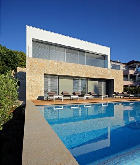 Estilo moderno para una casa de verano for Casas unifamiliares modernas