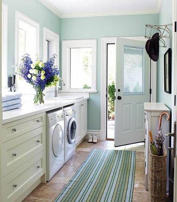 Un espacio para la lavandería para la cocina