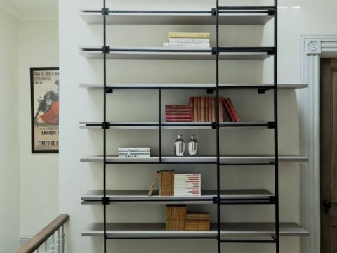 Una librería de diseño con forma de escalera