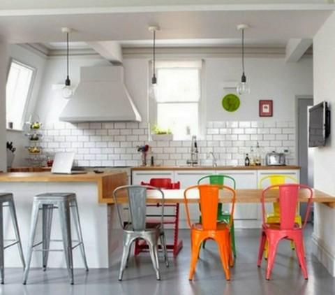 Mesas de comedor en blanco y sillas a color for Sillas de colores para comedor