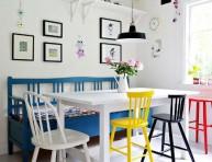 imagen Mesas de comedor en blanco y sillas a color