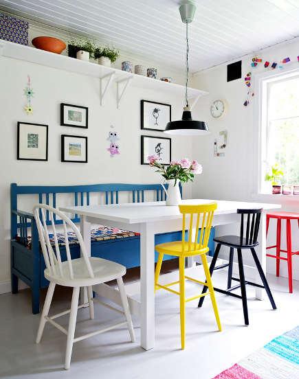 Mesa blanca y sillas a color 3