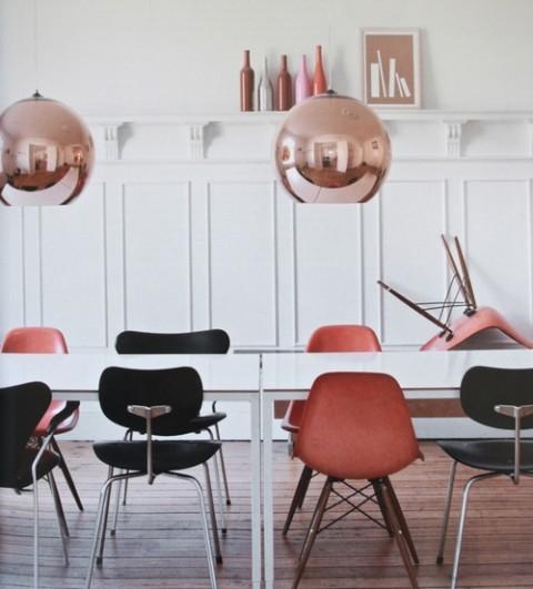 Mesa blanca y sillas a color 6
