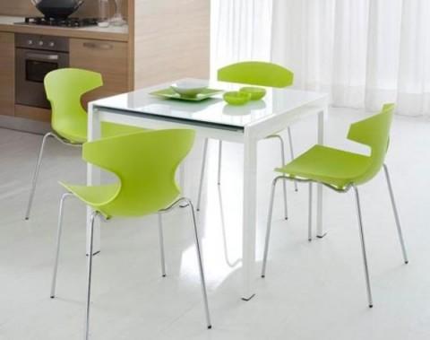 Mesa blanca y sillas a color 7