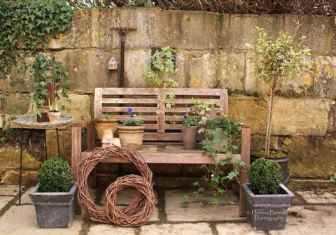 Aprovecha los bancos como accesorios decorativos Decoracion de jardines pequenos rusticos