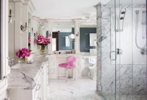 Elegante ba o de m rmol con toques de rosa for Color marmol rosa
