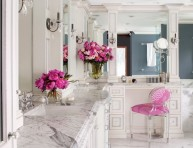 imagen Elegante baño de mármol con toques de rosa