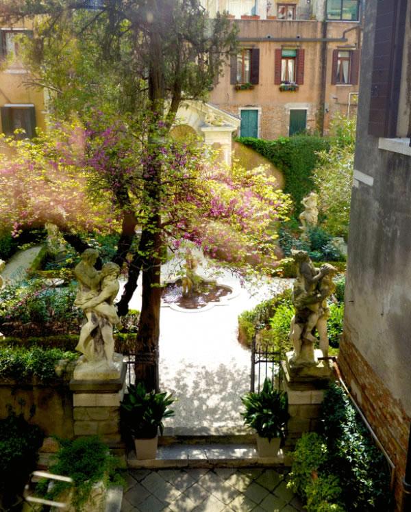 La elegante decoraci n de un jard n privado en venecia for Jardines venecia
